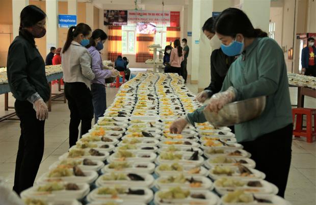 Câu chuyện ấm lòng về nhóm giảng viên trường Đại học Hà Tĩnh đi từng nhà dân kêu gọi quyên góp nhu yếu phẩm cho khu cách ly 1.000 người - Ảnh 3.