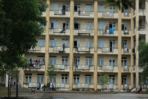 Câu chuyện ấm lòng về nhóm giảng viên trường Đại học Hà Tĩnh đi từng nhà dân kêu gọi quyên góp nhu yếu phẩm cho khu cách ly 1.000 người - Ảnh 4.