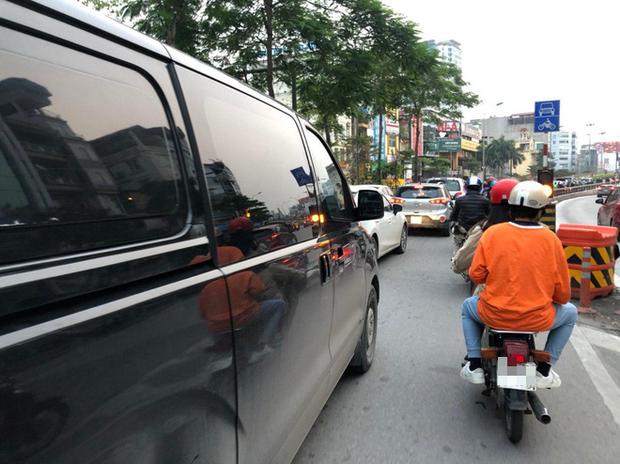 Tròn 1 tuần thực hiện giãn cách xã hội, đường phố Hà Nội bất ngờ đông đúc trở lại: Lạc quan thái quá thành chủ quan? - Ảnh 3.