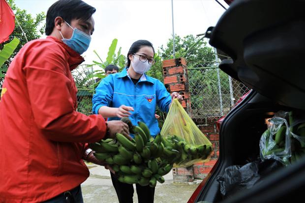 Câu chuyện ấm lòng về nhóm giảng viên trường Đại học Hà Tĩnh đi từng nhà dân kêu gọi quyên góp nhu yếu phẩm cho khu cách ly 1.000 người - Ảnh 1.