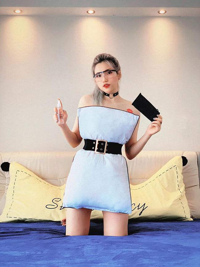 Hội chị em nổi tiếng thi nhau bắt trend dùng thắt lưng quấn gối, khoe khéo món thời trang hàng hiệu, cùng thân hình siêu gợi cảm - Ảnh 2.