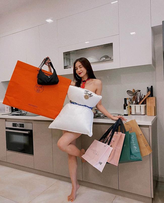 Sao Việt thi nhau bắt trend dùng thắt lưng quấn gối, khoe khéo món thời trang hàng hiệu, cùng thân hình siêu gợi cảm - Ảnh 9.
