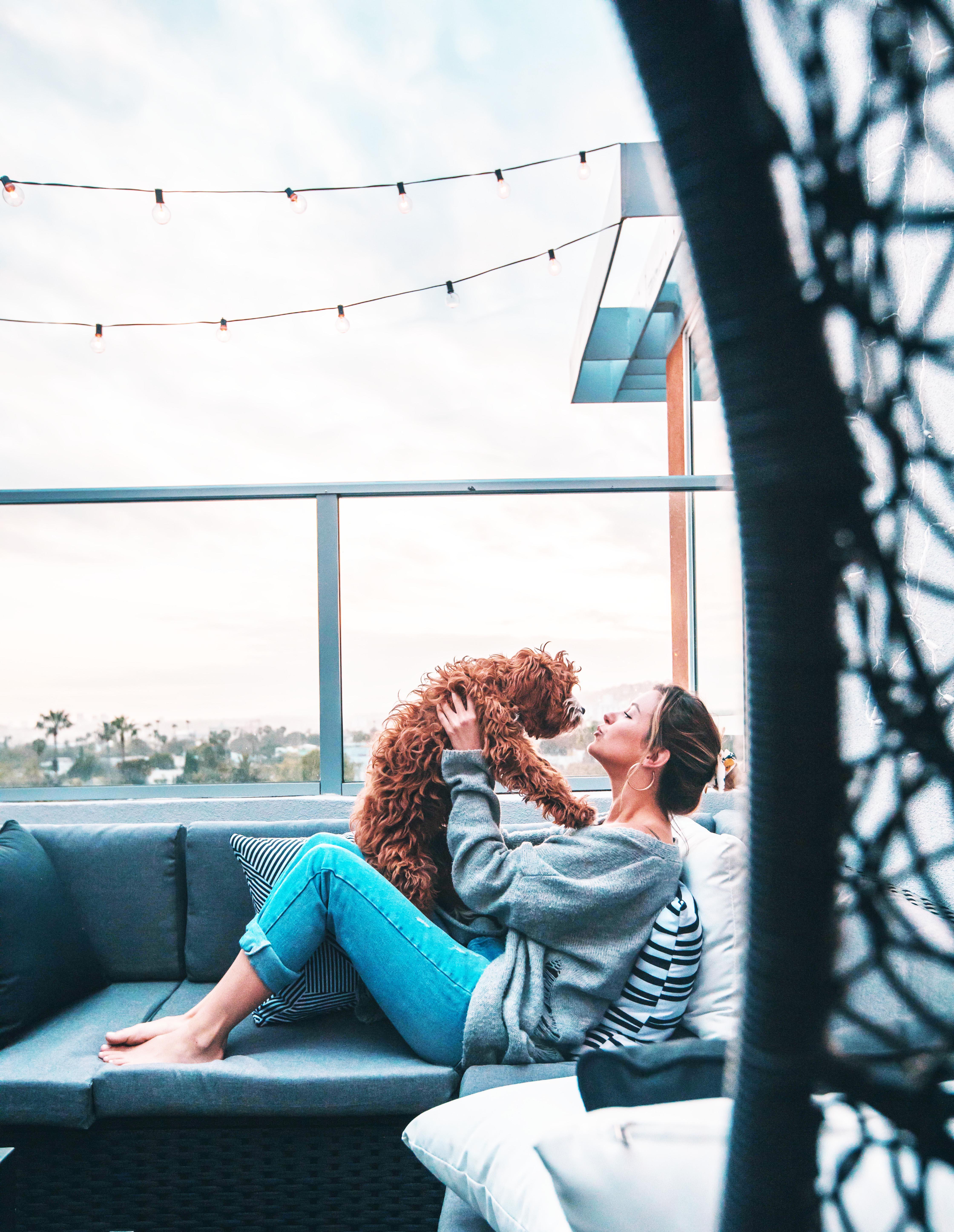 cô gái chơi đùa với cún cưng