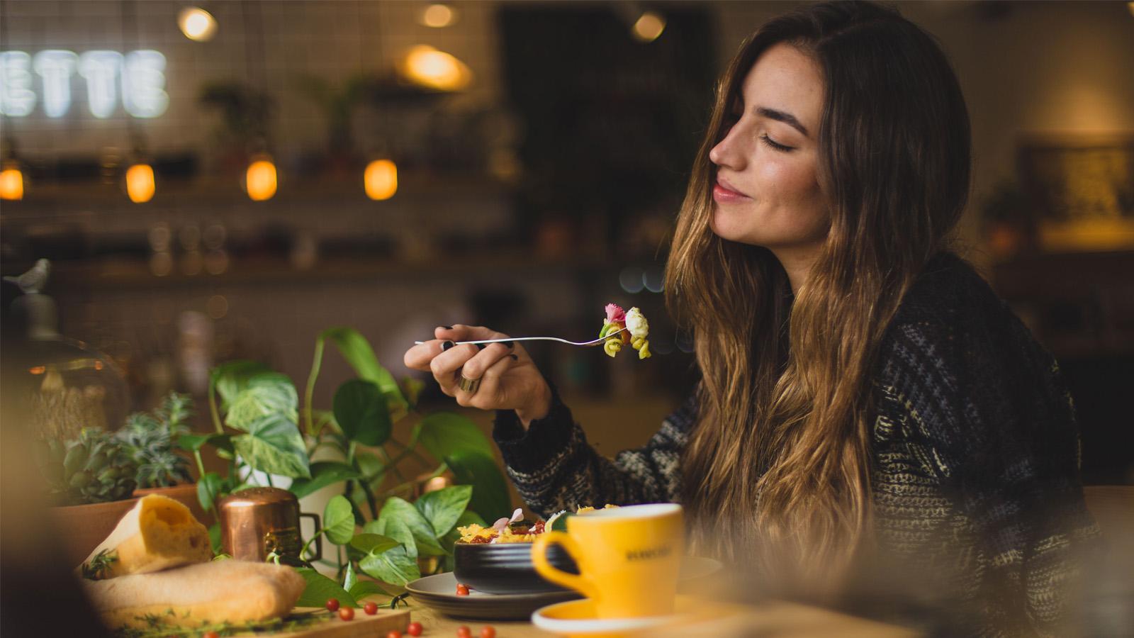 cô gái tận hưởng món ăn ngon