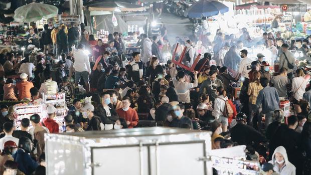 Chùm ảnh: Chợ đêm Đà Lạt không còn chỗ trống, khách du lịch ngồi la liệt từ trong ra ngoài để ăn uống dịp nghỉ lễ - Ảnh 7.