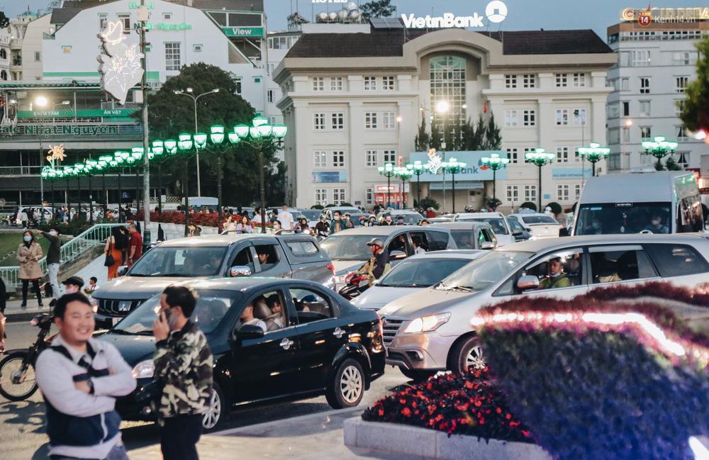 Trung tâm TP. Đà Lạt tê liệt từ chiều đến tối do lượng du khách tăng đột biến dịp lễ 30/4 - Ảnh 13.