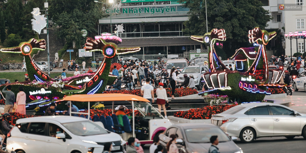 Trung tâm TP. Đà Lạt tê liệt từ chiều đến tối do lượng du khách tăng đột biến dịp lễ 30/4 - Ảnh 4.