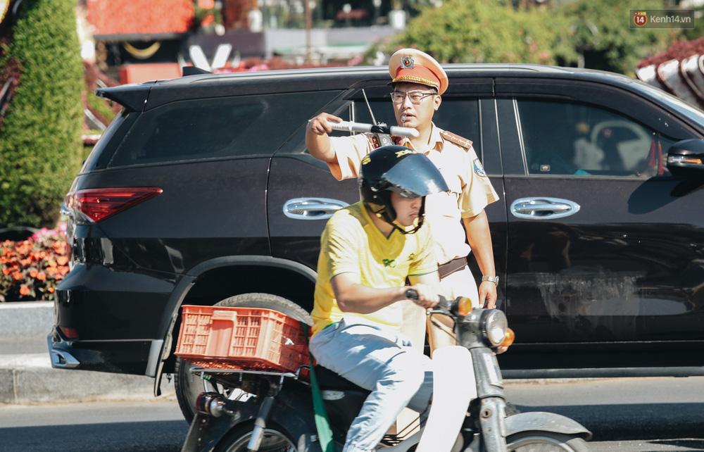 Ngày thứ 3 dịp nghỉ lễ ở Đà Lạt: Vừa ra đường đi chơi, du khách đã nếm mùi kẹt xe nguyên cả buổi sáng - Ảnh 7.