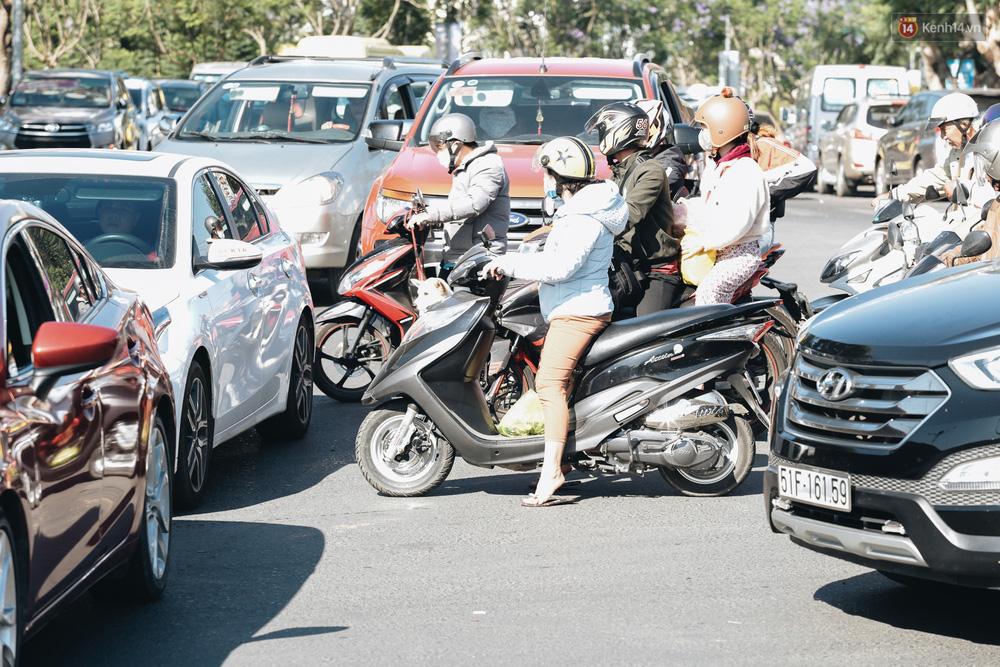Ngày thứ 3 dịp nghỉ lễ ở Đà Lạt: Vừa ra đường đi chơi, du khách đã nếm mùi kẹt xe nguyên cả buổi sáng - Ảnh 8.