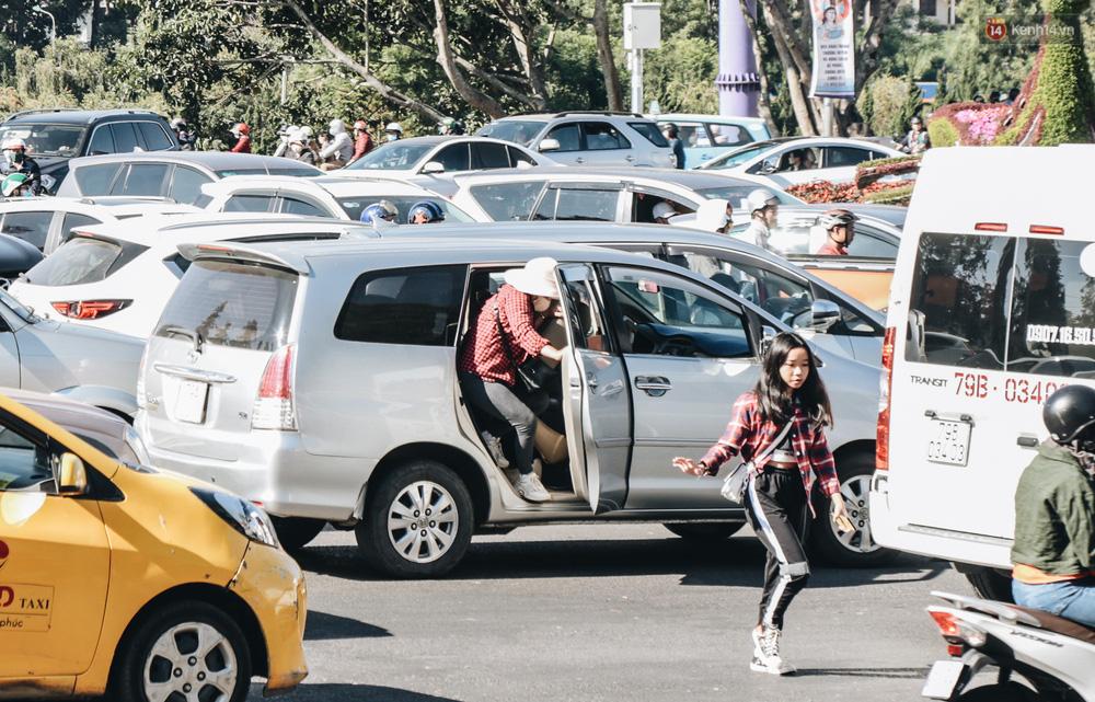 Ngày thứ 3 dịp nghỉ lễ ở Đà Lạt: Vừa ra đường đi chơi, du khách đã nếm mùi kẹt xe nguyên cả buổi sáng - Ảnh 13.