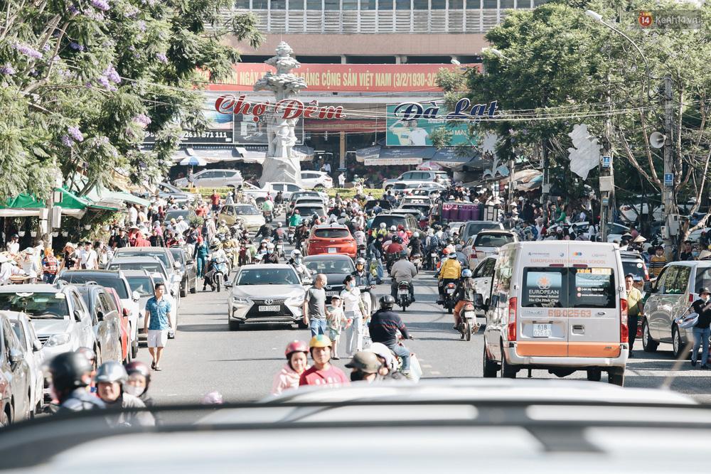 Ngày thứ 3 dịp nghỉ lễ ở Đà Lạt: Vừa ra đường đi chơi, du khách đã nếm mùi kẹt xe nguyên cả buổi sáng - Ảnh 1.