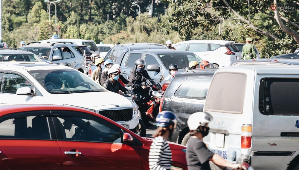 Ngày thứ 3 dịp nghỉ lễ ở Đà Lạt: Vừa ra đường đi chơi, du khách đã nếm mùi kẹt xe nguyên cả buổi sáng - Ảnh 4.