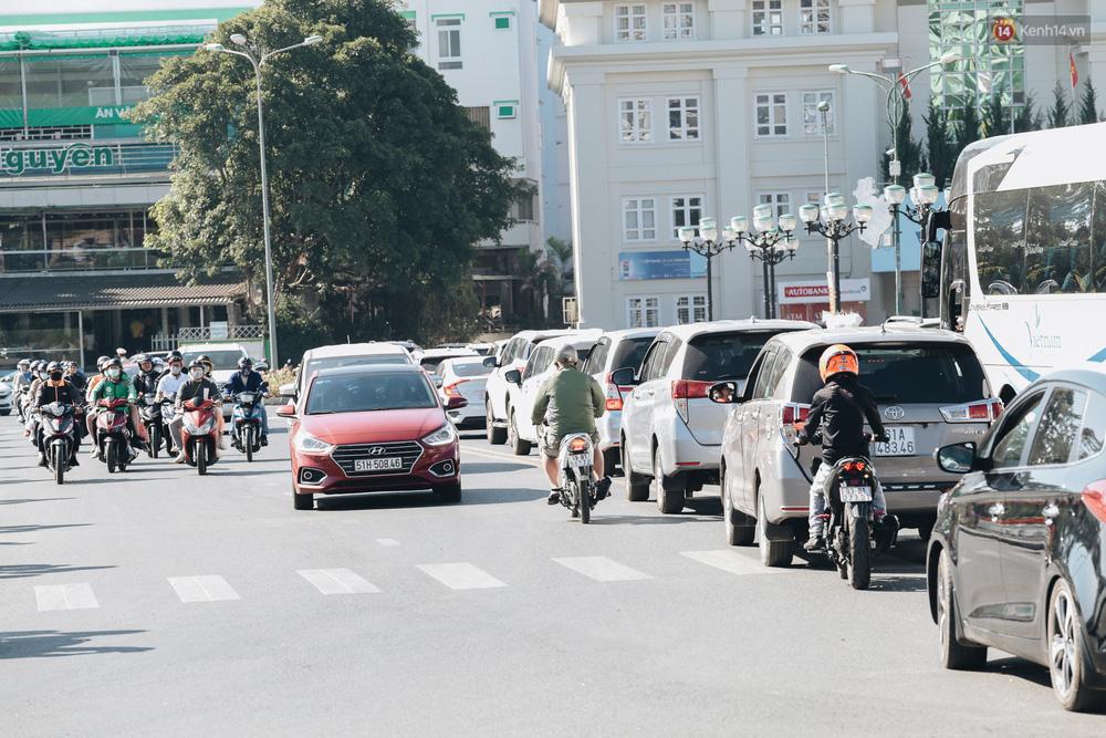Ngày thứ 3 dịp nghỉ lễ ở Đà Lạt: Vừa ra đường đi chơi, du khách đã nếm mùi kẹt xe nguyên cả buổi sáng - Ảnh 6.