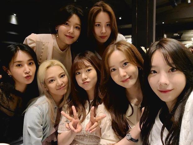 Xúc động khi 7 thành viên SNSD tụ họp tại đám cưới của quản lý cũ: Bao lâu rồi mới được nghe lại Kissing You cùng vũ đạo kẹo mút siêu cute! - Ảnh 1.