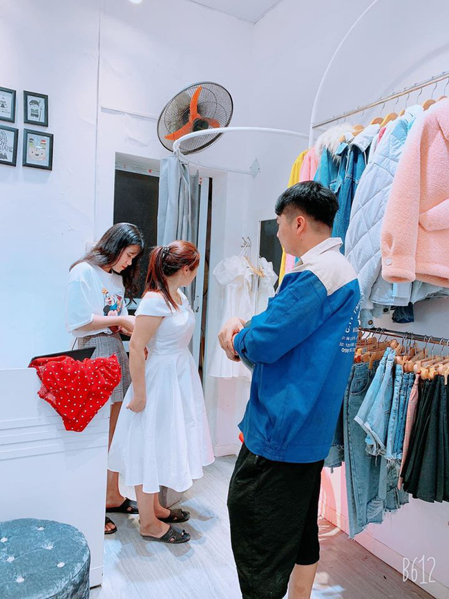 """Vừa lĩnh lương, anh chồng """"quốc dân"""" đã dẫn bà xã đi mua váy mới: Mình nhếch nhác thế nào cũng được, nhưng vợ luôn phải xinh đẹp nhất! - Ảnh 1."""