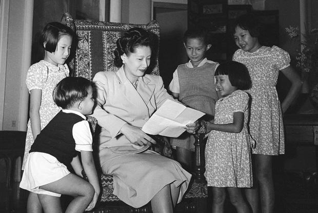 Những bóng hồng trong cuộc đời Bảo Đại: Nam Phương Hoàng hậu của Hoà Minzy khổ từ MV đến ngoài đời, trong lịch sử Hân Tuesdaykhông phải là trùm cuối - Ảnh 6.