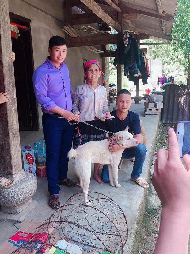 Cụ bà vùng cao rơi nước mắt khi phải bán chó cưng và món quà bất ngờ từ người đàn ông vượt 140km đem đến khiến nhiều người ấm lòng - Ảnh 3.