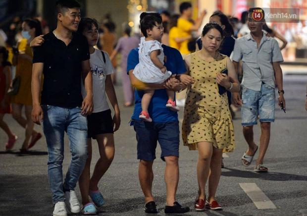 Khoảnh khắc hạnh phúc của những gia đình nhỏ trong ngày phố đi bộ Hồ Gươm hoạt động trở lại sau dịch Covid-19 - Ảnh 8.