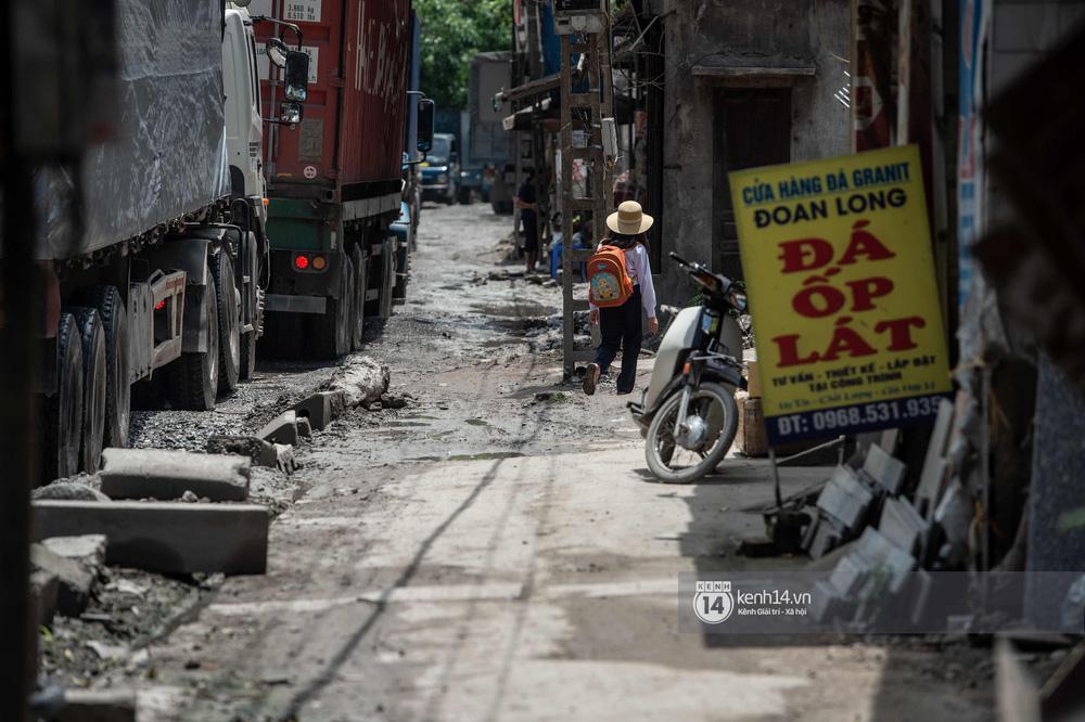 Nhìn từ trên cao con đường đau khổ nhất Hà Nội: 650m có gần 100 ổ khủng long, xe container ngày đêm cày nát - Ảnh 17.