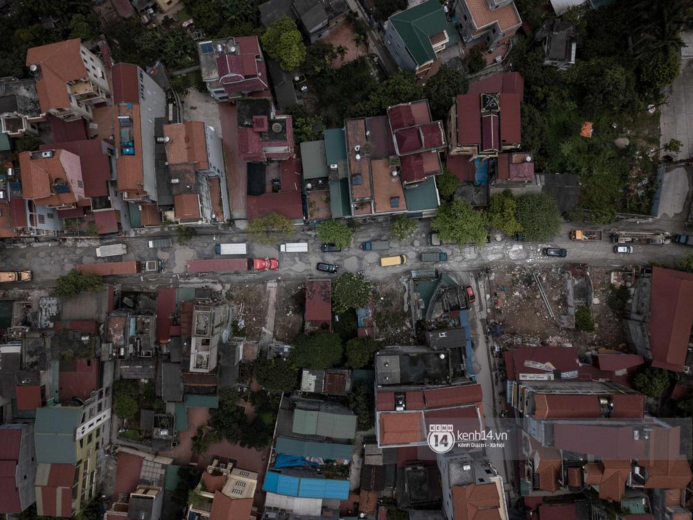 Nhìn từ trên cao con đường đau khổ nhất Hà Nội: 650m có gần 100 ổ khủng long, xe container ngày đêm cày nát - Ảnh 3.