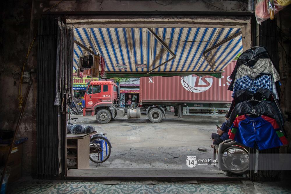 Nhìn từ trên cao con đường đau khổ nhất Hà Nội: 650m có gần 100 ổ khủng long, xe container ngày đêm cày nát - Ảnh 15.