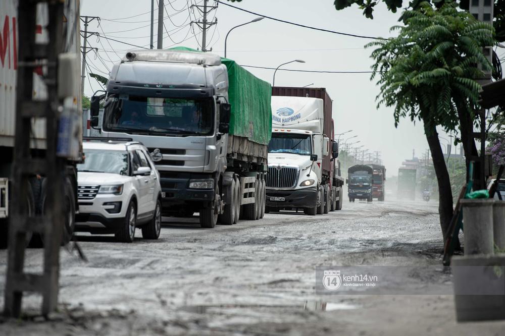 Nhìn từ trên cao con đường đau khổ nhất Hà Nội: 650m có gần 100 ổ khủng long, xe container ngày đêm cày nát - Ảnh 6.