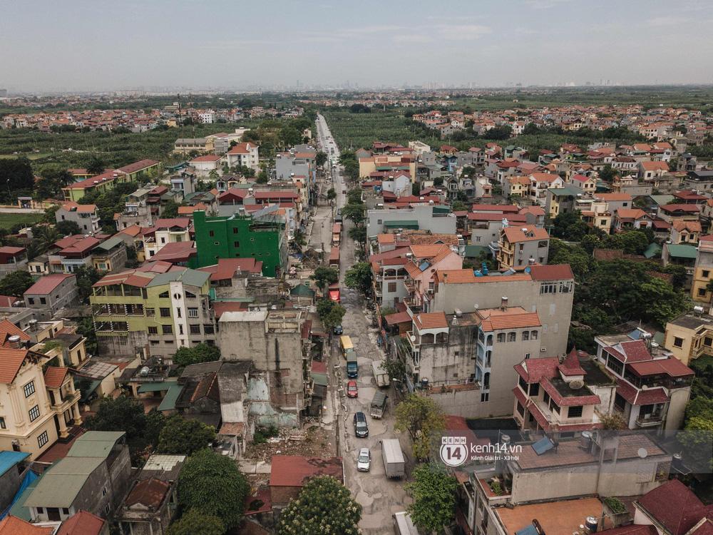 Nhìn từ trên cao con đường đau khổ nhất Hà Nội: 650m có gần 100 ổ khủng long, xe container ngày đêm cày nát - Ảnh 2.
