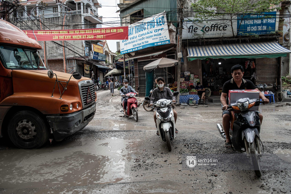 Nhìn từ trên cao con đường đau khổ nhất Hà Nội: 650m có gần 100 ổ khủng long, xe container ngày đêm cày nát - Ảnh 11.