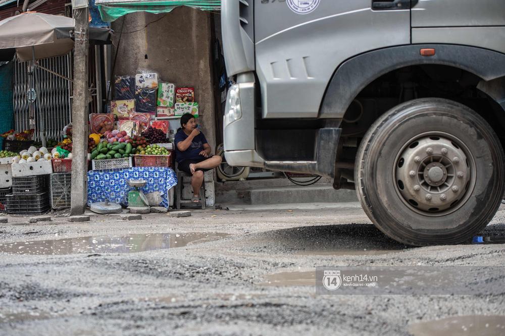 Nhìn từ trên cao con đường đau khổ nhất Hà Nội: 650m có gần 100 ổ khủng long, xe container ngày đêm cày nát - Ảnh 14.