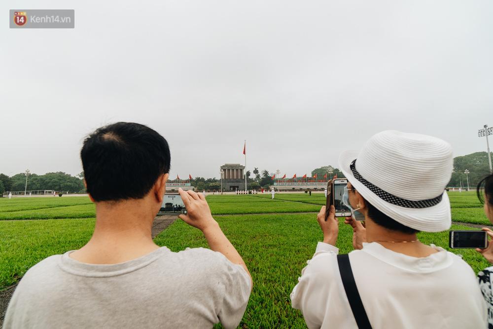 130 năm sinh nhật Bác Hồ: Người Hà Nội đến dự lễ chào cờ ở Quảng trường Ba Đình lịch sử, phố phường rực rỡ cờ hoa - Ảnh 10.