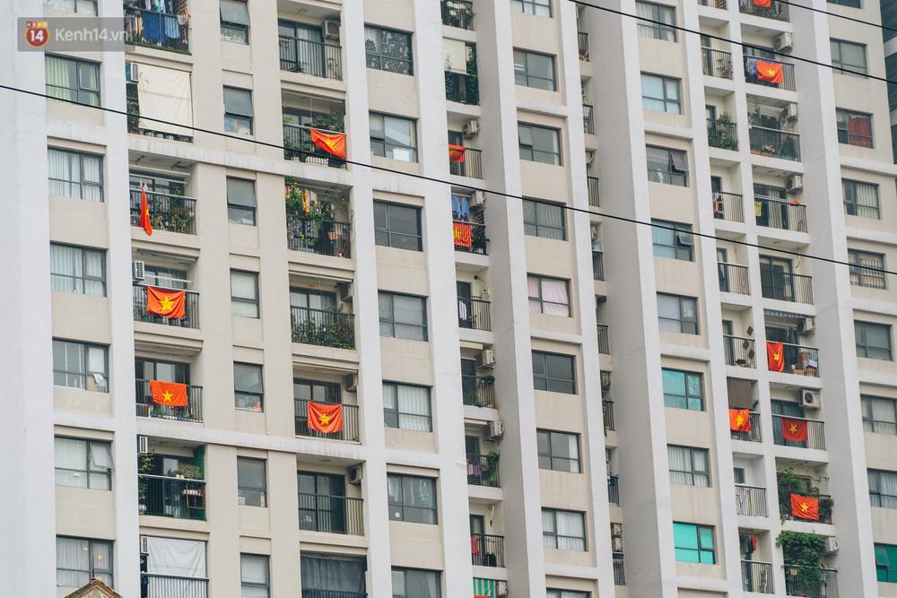 130 năm sinh nhật Bác Hồ: Người Hà Nội đến dự lễ chào cờ ở Quảng trường Ba Đình lịch sử, phố phường rực rỡ cờ hoa - Ảnh 16.