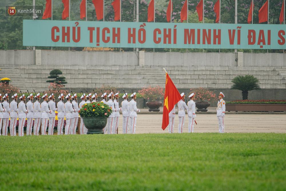 130 năm sinh nhật Bác Hồ: Người Hà Nội đến dự lễ chào cờ ở Quảng trường Ba Đình lịch sử, phố phường rực rỡ cờ hoa - Ảnh 3.