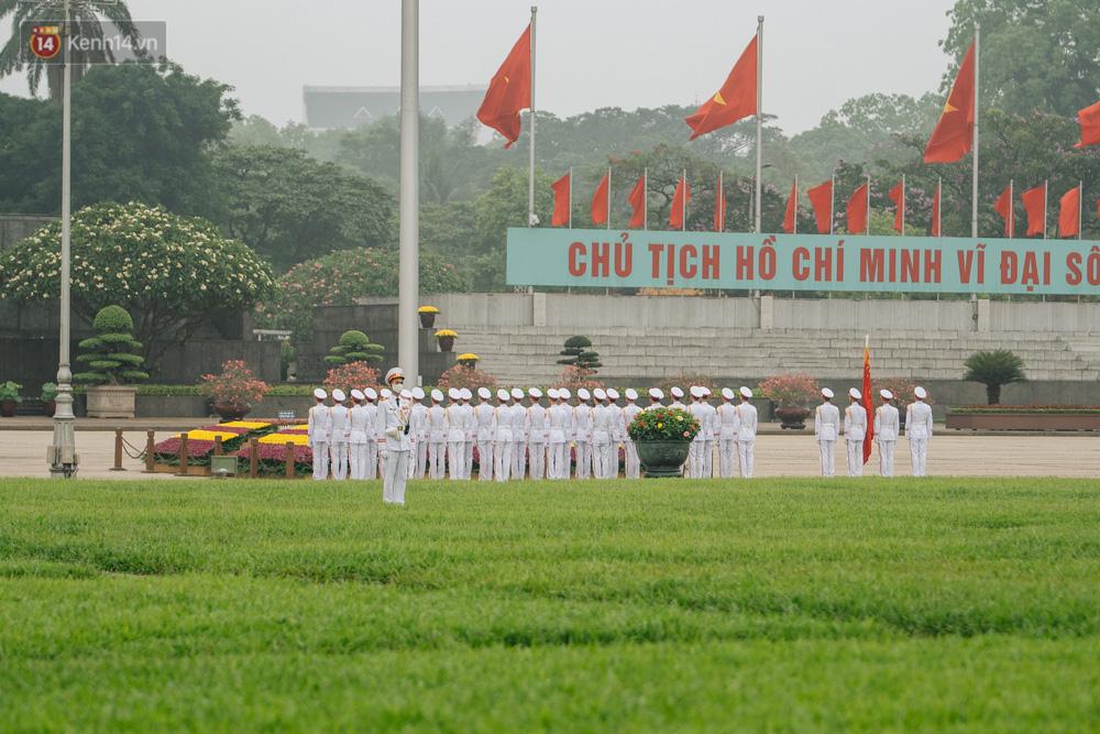 130 năm sinh nhật Bác Hồ: Người Hà Nội đến dự lễ chào cờ ở Quảng trường Ba Đình lịch sử, phố phường rực rỡ cờ hoa - Ảnh 4.