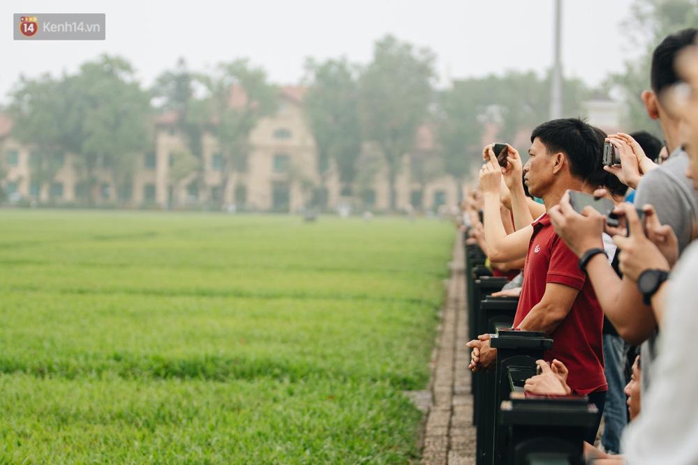 130 năm sinh nhật Bác Hồ: Người Hà Nội đến dự lễ chào cờ ở Quảng trường Ba Đình lịch sử, phố phường rực rỡ cờ hoa - Ảnh 8.