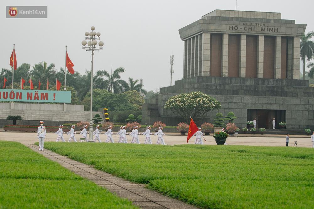 130 năm sinh nhật Bác Hồ: Người Hà Nội đến dự lễ chào cờ ở Quảng trường Ba Đình lịch sử, phố phường rực rỡ cờ hoa - Ảnh 2.