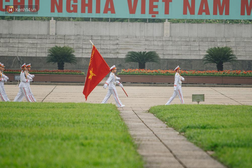 130 năm sinh nhật Bác Hồ: Người Hà Nội đến dự lễ chào cờ ở Quảng trường Ba Đình lịch sử, phố phường rực rỡ cờ hoa - Ảnh 6.