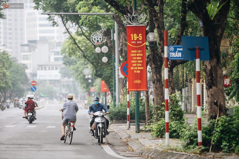 130 năm sinh nhật Bác Hồ: Người Hà Nội đến dự lễ chào cờ ở Quảng trường Ba Đình lịch sử, phố phường rực rỡ cờ hoa - Ảnh 13.