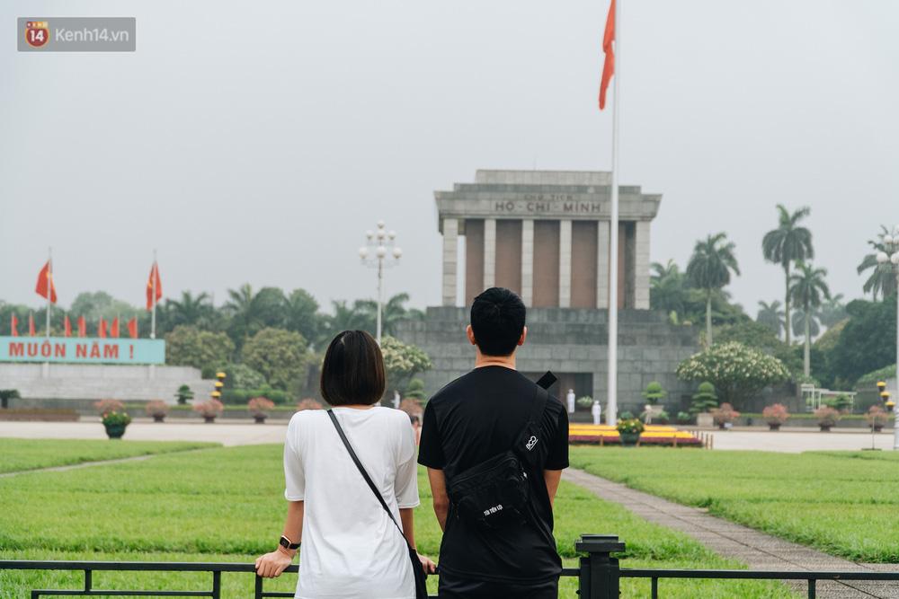 130 năm sinh nhật Bác Hồ: Người Hà Nội đến dự lễ chào cờ ở Quảng trường Ba Đình lịch sử, phố phường rực rỡ cờ hoa - Ảnh 12.