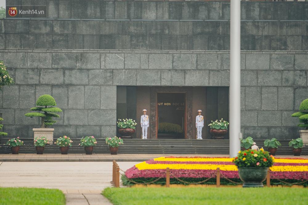 130 năm sinh nhật Bác Hồ: Người Hà Nội đến dự lễ chào cờ ở Quảng trường Ba Đình lịch sử, phố phường rực rỡ cờ hoa - Ảnh 7.