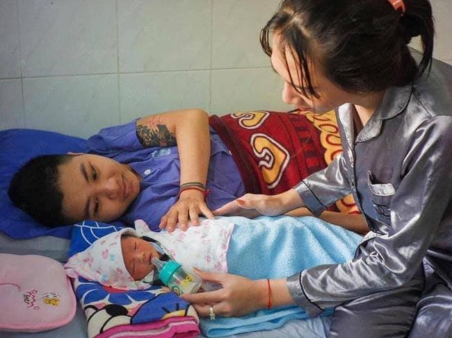 Người đàn ông Việt Nam đầu tiên mang bầu đã lâm bồn, hình ảnh cực dễ thương của em bé đặc biệt khiến dân mạng xuýt xoa - Ảnh 2.