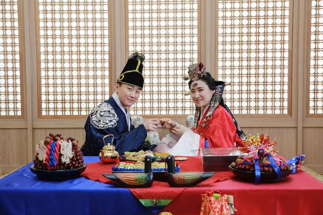 Sống độc thân đến già, kết hôn muộn, hôn nhân không sinh con,... là những cách sống mà giới trẻ Hàn Quốc đang hướng đến: Nguyên nhân là vì sao? - Ảnh 2.
