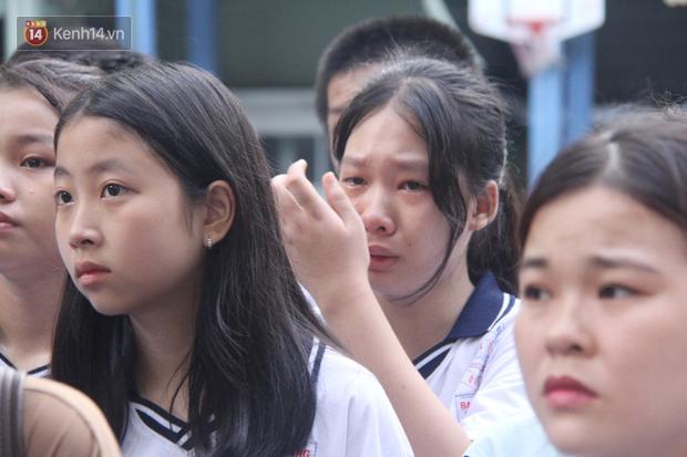 Trời lất phất mưa trong buổi đến trường cuối cùng của cậu học sinh lớp 6, hàng trăm người xót xa tiễn em về cõi vĩnh hằng - Ảnh 10.
