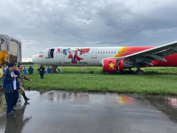 Máy bay Vietjet hạ cánh lệch đường băng, sân bay Tân Sơn Nhất tạm dừng hoạt động - Ảnh 2.