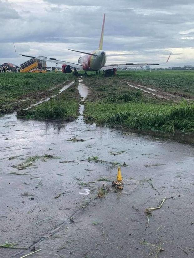Máy bay Vietjet hạ cánh lệch đường băng, sân bay Tân Sơn Nhất tạm dừng hoạt động - Ảnh 1.