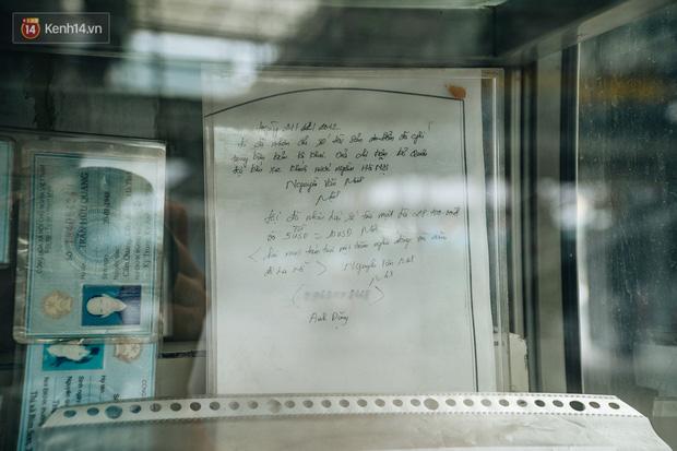 Chiếc tủ trưng bày đặc biệt tại bến xe Nước Ngầm - nơi có đủ thứ từ chứng minh thư, sổ hộ khẩu, bằng tốt nghiệp,... bị đánh rơi - Ảnh 11.
