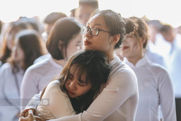 Khoảnh khắc đôi bạn ôm nhau khóc nức nở trong lễ bế giảng: Biết tạm biệt không phải là xa nhau mãi nhưng buồn thì vẫn buồn - Ảnh 1.