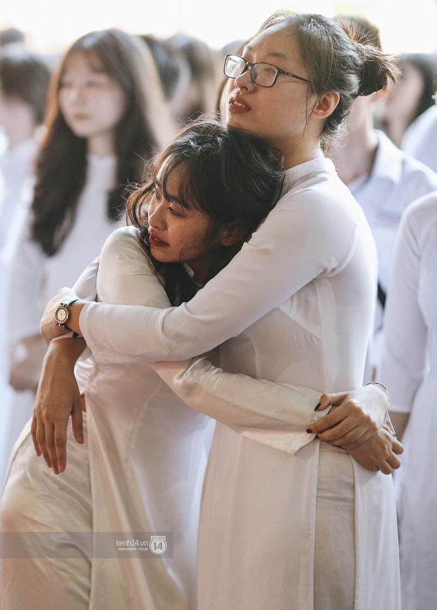 Khoảnh khắc đôi bạn ôm nhau khóc nức nở trong lễ bế giảng: Biết tạm biệt không phải là xa nhau mãi nhưng buồn thì vẫn buồn - Ảnh 2.