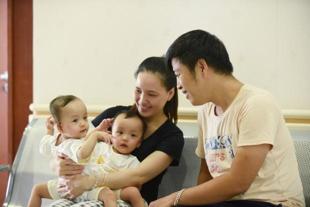 Đang tiến hành phẫu thuật tách dính 2 bé gái song sinh: Bố mẹ con đã khóc, mọi người đều mong các con được bình an - Ảnh 1.