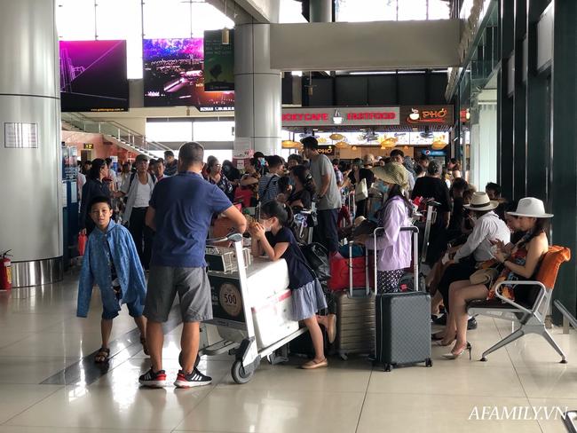 Ảnh: Mùa du lịch, biển người vật vã hàng tiếng đồng hồ chờ check in ở sân bay Nội Bài - Ảnh 8.