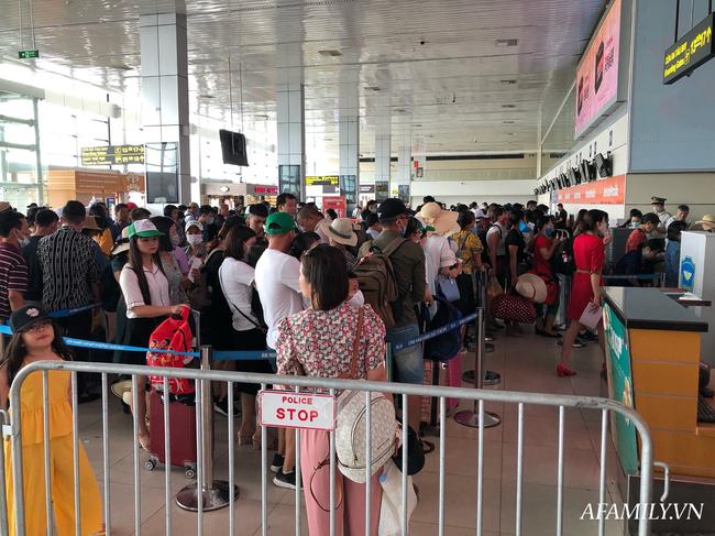 Ảnh: Mùa du lịch, biển người vật vã hàng tiếng đồng hồ chờ check in ở sân bay Nội Bài - Ảnh 15.